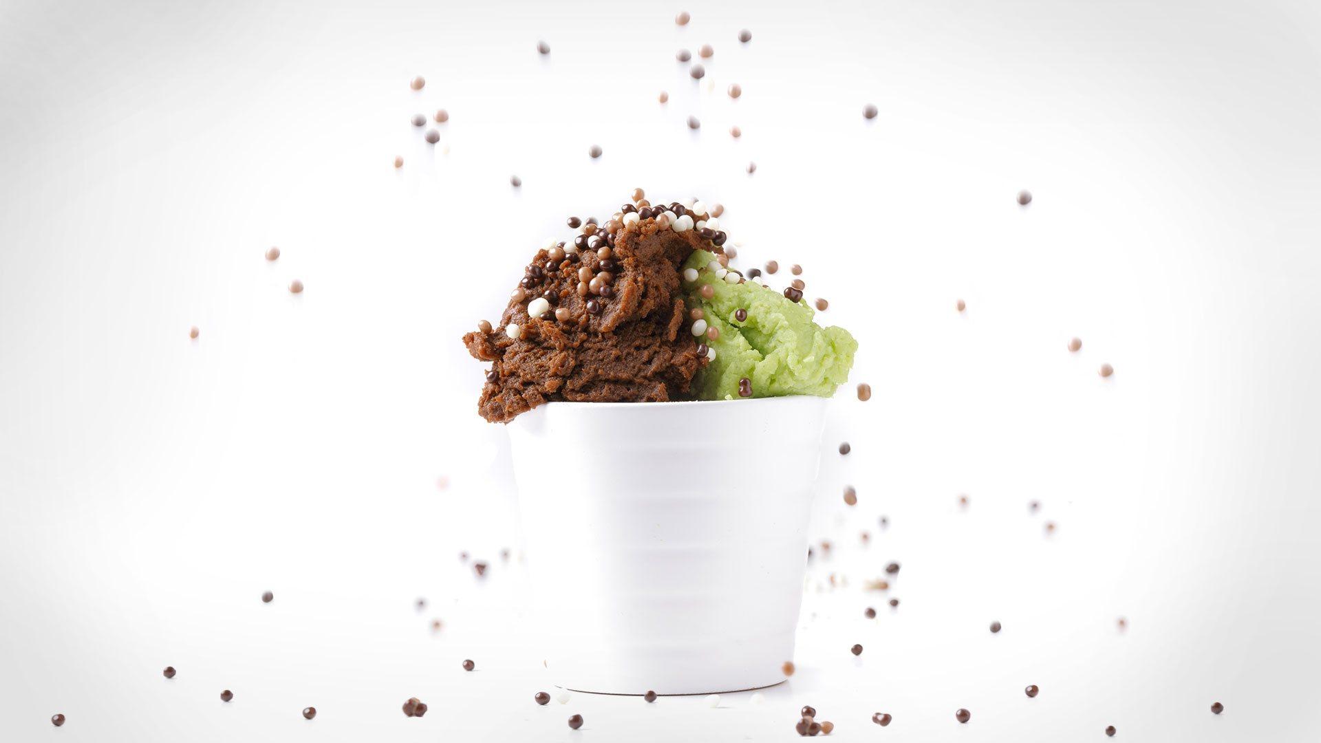 gelato al cioccolato ed al pistacchio in un tazzone